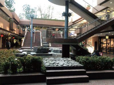 新宿センタービルB1の噴水前
